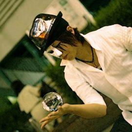 代名詞とも言える水晶玉のコンタクトジャグリングをするパフォーマー