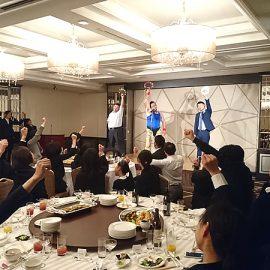 パーティー参加者の方と一緒にタンバリン芸を披露するお笑い芸人ゴンゾー