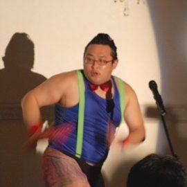 キレの良いタンバリン芸を披露するお笑い芸人ゴンゾー
