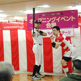 五郎丸選手のものまねをする芸人と一緒にイベントに出演したニッチロー'