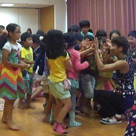 ショー後に子ども達とハイタッチをする大道芸人