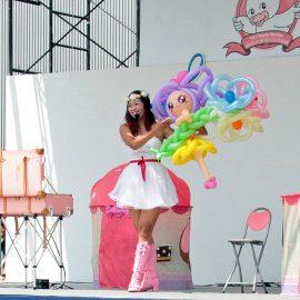 女の子に人気のキャラクターをバルーンで作り上げるパフォーマー