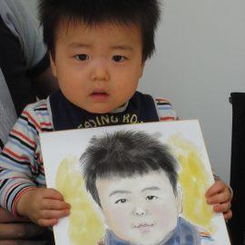 関西トップクラスの腕前を持つ女性似顔絵師が描いた男の子の似顔絵