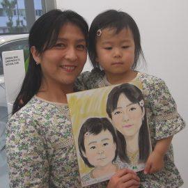 写真と見間違えるようなクオリティの母娘の似顔絵