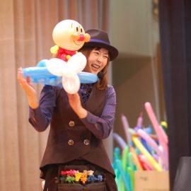 小さい子供に大人気のキャラクターを作る女性バルーンパフォーマー