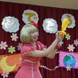 お子様を対象にバルーンアートショーをする女性パフォーマー