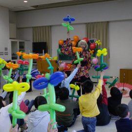 バルーンアート教室をする女性バルーンパフォーマー