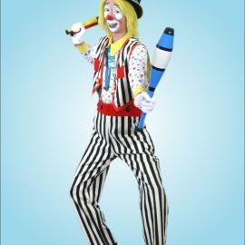 ジャグリング用のクラブを持つ男性クラウン(ピエロ)