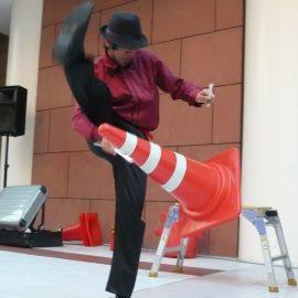 カラーコーンを使ったジャグリングをする大道芸人