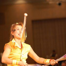 ショーでクラブジャグリングをする女性ジャグラー