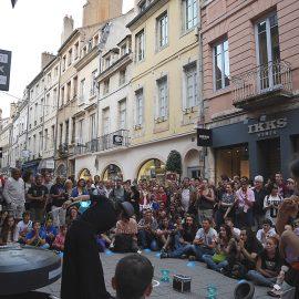 海外の路上で複数のディアボロを使ったジャグリングをする男性ジャグラー