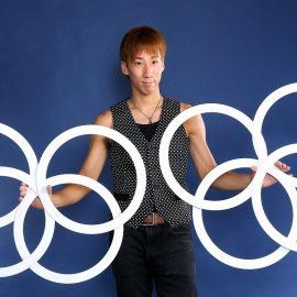 ジャグリングで使うリングを持つ大道芸人