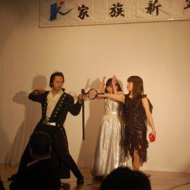 女性アシスタントとマジックを繰り広げるマジシャン・上口龍生