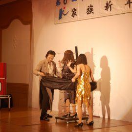 イリュージョンマジックで観客を湧かせるマジシャン・上口龍生