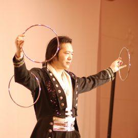 リングを使ったマジックをするマジシャン・上口龍生