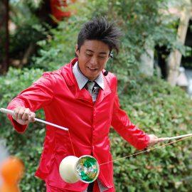 ディアボロでジャグリングをする大道芸人