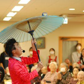 和風の芸もこなす赤い衣装が特徴の大道芸人