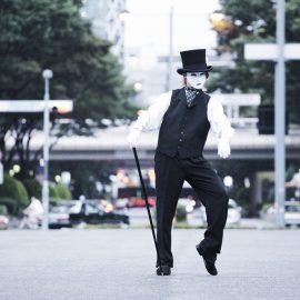 アニメーションダンスやマジックなどを盛り込んだサイレントパフォーマンスをするパフォーマー