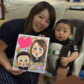 明るく楽しいタッチで描かれた親子の似顔絵