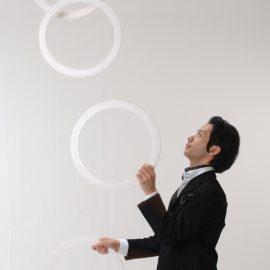 リングを使ってジャグリングをする男性ジャグラー