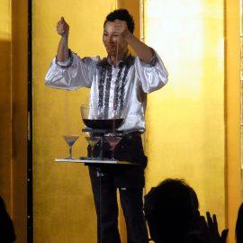 企業パーティーでショーをするマジシャン