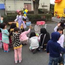 路上でのバルーンショーで子ども達に囲まれて大人気のパフォーマー