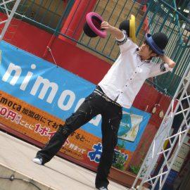 3つの帽子を使ったハットジャグリングを披露する大道芸人