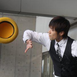 ハットを使ったお洒落なジャグリングが人気の大道芸人