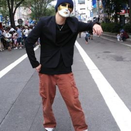 路上でパントマイムをする男性パフォーマー