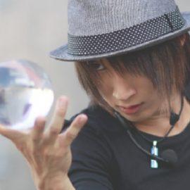 大きなクリスタルボールを持つ男性ジャグリングパフォーマー