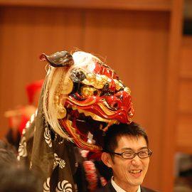 お客様の頭を噛む江戸太神楽獅子舞