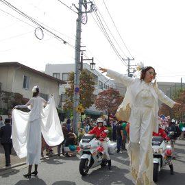 パレードで華麗なパフォーマンスをする女性2人組のスティルトチーム
