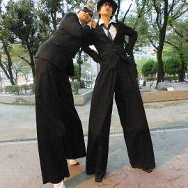 公園でポーズを決めるスティルトチームの2人