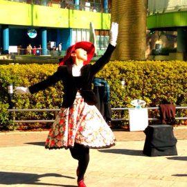 パントマイムやアニメーションダンスなど多彩なパフォーマンスをする女性パフォーマー