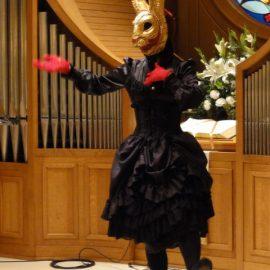 奇妙なうさぎのお面をつけてショーをする女性パントマイムアーティスト