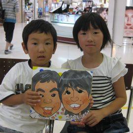 東北各地で活躍している男性似顔絵師が描いたご姉弟の似顔絵