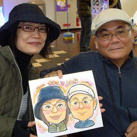 楽しいトークをしながら描くのを得意とする似顔絵師が描いたご夫婦の似顔絵
