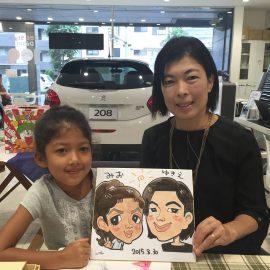 神奈川県を拠点に全国各地に出張している似顔絵師が描いた母娘の似顔絵