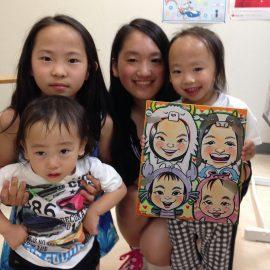 可愛くデフォルメして描かれた4人姉弟の似顔絵