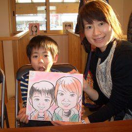 ほんわかしたタッチで描かれた親子の似顔絵