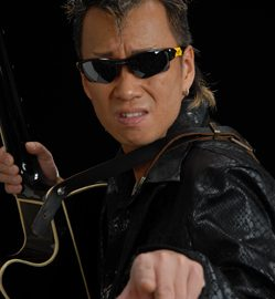 ギターで生演奏をしながら歌う長渕剛のそっくりさん武丸