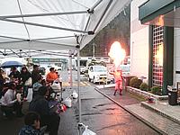 火を使ったパフォーマンスをする大道芸人