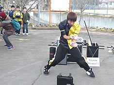 ジャグリングをする大道芸人