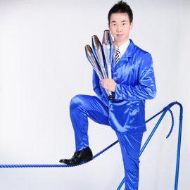 ジャグリングから綱乗りパフォーマンスまでこなす愛知県出身の大道芸人