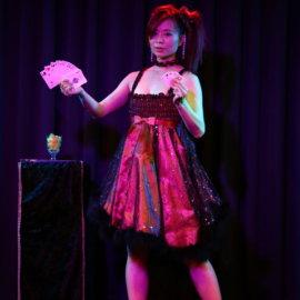 トランプマジックをするマジシャン妖-AYA-
