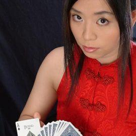 トランプを手にする女性マジシャン