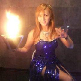 セクシーな衣装で男性を虜に場を華やかにする女性マジシャン