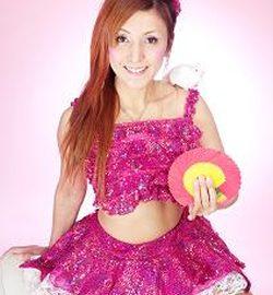 可愛らしい衣装でショーを展開する女性マジシャン