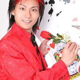 大阪を拠点に活動するマジシャン