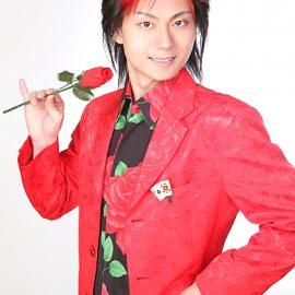 バラを手にクールに決めるマジシャン